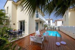 Фасад дома. Кипр, Пернера : Современная и стильная вилла с ландшафтным садом, с 3-мя спальнями, с 2 ванными комнатами, бассейном, патио и барбекю