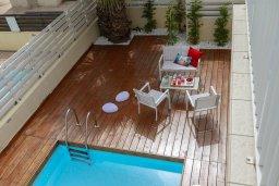 Зона отдыха у бассейна. Кипр, Пернера : Современная и стильная вилла с ландшафтным садом, с 3-мя спальнями, с 2 ванными комнатами, бассейном, патио и барбекю