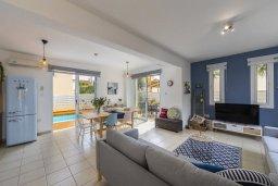 Гостиная. Кипр, Пернера : Современная и стильная вилла с ландшафтным садом, с 3-мя спальнями, с 2 ванными комнатами, бассейном, патио и барбекю