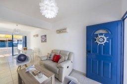Гостиная. Кипр, Пернера : Прекрасная вилла с 3-мя спальнями, 2-мя ванными комнатами, тенистой террасой с патио, бассейном и барбекю, расположена в 100 метрах от пляжа