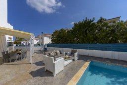 Зона отдыха у бассейна. Кипр, Пернера : Прекрасная вилла с 3-мя спальнями, 2-мя ванными комнатами, тенистой террасой с патио, бассейном и барбекю, расположена в 100 метрах от пляжа