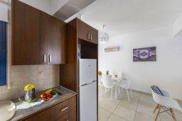 Кухня. Кипр, Пернера : Прекрасная вилла с 3-мя спальнями, 2-мя ванными комнатами, тенистой террасой с патио, бассейном и барбекю, расположена в 100 метрах от пляжа