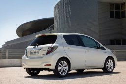 Toyota Yaris Hybrid  автомат : Кипр