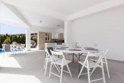 Обеденная зона. Кипр, Пейя : Роскошная вилла с бассейном и зеленой территорией, 7 спален, 6 ванных комнат, барбекю, джакузи, парковка, Wi-Fi