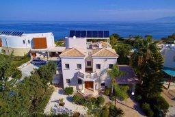 Фасад дома. Кипр, Лачи : Вилла в классическом средиземноморском стиле, на первой линии у пляжа в Лачи с бассейном, огромной зелёной территорией, 5 спален, 4 ванные, барбекю, парковка, домашний кинотеатр, тренажерный зал, Wi-Fi