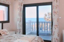 Спальня. Кипр, Лачи : Вилла в классическом средиземноморском стиле, на первой линии у пляжа в Лачи с бассейном, огромной зелёной территорией, 5 спален, 4 ванные, барбекю, парковка, домашний кинотеатр, тренажерный зал, Wi-Fi