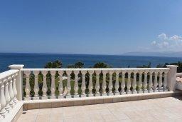 Вид на море. Кипр, Лачи : Вилла в классическом средиземноморском стиле, на первой линии у пляжа в Лачи с бассейном, огромной зелёной территорией, 5 спален, 4 ванные, барбекю, парковка, домашний кинотеатр, тренажерный зал, Wi-Fi