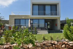 Фасад дома. Кипр, Лачи : Роскошная современная вилла в 100 метрах от пляжа с бассейном и зеленым двориком, 3 спальни, 2 ванные комнаты, барбекю, парковка, Wi-Fi