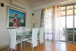 Обеденная зона. Кипр, Айос Тихонас Лимассол : Таунхаус с зеленым двориком в комплексе с бассейном, с просторной гостиной, двумя спальнями, двумя ванными комнатами