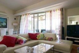 Гостиная. Кипр, Айос Тихонас Лимассол : Таунхаус с зеленым двориком в комплексе с бассейном, с просторной гостиной, двумя спальнями, двумя ванными комнатами
