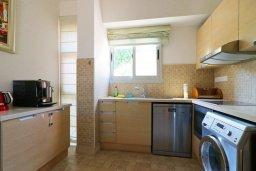 Кухня. Кипр, Айос Тихонас Лимассол : Таунхаус с зеленым двориком в комплексе с бассейном, с просторной гостиной, двумя спальнями, двумя ванными комнатами