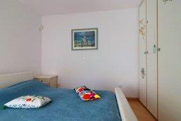 Спальня. Кипр, Айос Тихонас Лимассол : Таунхаус с зеленым двориком в комплексе с бассейном, с просторной гостиной, двумя спальнями, двумя ванными комнатами