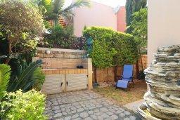 Территория. Кипр, Айос Тихонас Лимассол : Таунхаус с зеленым двориком в комплексе с бассейном, с просторной гостиной, двумя спальнями, двумя ванными комнатами