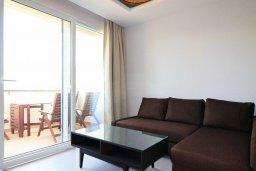 Гостиная. Кипр, Гермасойя Лимассол : Апартамент в 30 метров до пляжа, большая гостиная, 2 спальни, балкон с видом на море