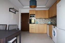 Кухня. Кипр, Гермасойя Лимассол : Апартамент в 30 метров до пляжа, большая гостиная, 2 спальни, балкон с видом на море