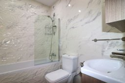 Ванная комната. Кипр, Гермасойя Лимассол : Апартамент в 30 метров до пляжа, большая гостиная, 2 спальни, балкон с видом на море