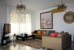 Гостиная. Кипр, Айос Тихонас Лимассол : Вилла с бассейном и зеленым двориком, с просторной гостиной, четырмя спальнями, двумя ванными комнатами
