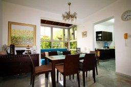 Обеденная зона. Кипр, Айос Тихонас Лимассол : Вилла с бассейном и зеленым двориком, с просторной гостиной, четырмя спальнями, двумя ванными комнатами