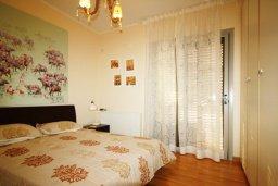 Спальня. Кипр, Айос Тихонас Лимассол : Вилла с бассейном и зеленым двориком, с просторной гостиной, четырмя спальнями, двумя ванными комнатами