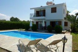 Фасад дома. Кипр, Лачи : Уютная вилла с бассейном в 100 метрах от пляжа, 2 спальни, парковка, Wi-Fi