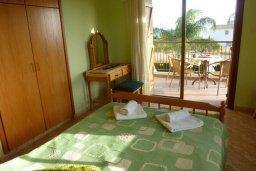 Спальня. Кипр, Лачи : Уютная вилла с бассейном в 100 метрах от пляжа, 2 спальни, парковка, Wi-Fi