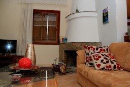Гостиная. Кипр, Лачи : Уютная вилла с бассейном в 100 метрах от пляжа, 2 спальни, парковка, Wi-Fi