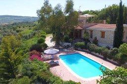 Фасад дома. Кипр, Скулли : Уютная вилла с бассейном и зеленым двориком, 3 спальни, 3 ванные комнаты, парковка, Wi-Fi