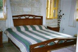 Спальня. Кипр, Скулли : Уютная вилла с бассейном и зеленым двориком, 3 спальни, 3 ванные комнаты, парковка, Wi-Fi