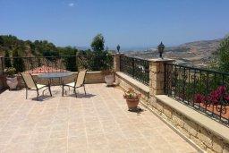 Терраса. Кипр, Скулли : Уютная вилла с бассейном и зеленым двориком, 3 спальни, 3 ванные комнаты, парковка, Wi-Fi