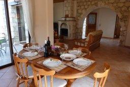 Обеденная зона. Кипр, Пано-Акурдалия : Уютная вилла с бассейном и зеленым двориком с барбекю, 3 спальни, 3 ванные комнаты, парковка, Wi-Fi