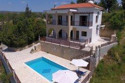 Фасад дома. Кипр, Милиу : Прекрасная вилла с бассейном и двориком с барбекю, 3 спальни, 2 ванные комнаты, парковка, Wi-Fi