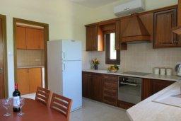Кухня. Кипр, Милиу : Прекрасная вилла с бассейном и двориком с барбекю, 3 спальни, 2 ванные комнаты, парковка, Wi-Fi