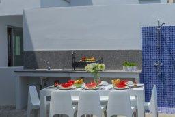 Зона отдыха у бассейна. Кипр, Фиг Три Бэй Протарас : Роскошная современная вилла с потрясающим видом на море, с 5-ю спальнями, 4-мя ванными комнатами, бассейном, тенистой террасой с патио, барбекю и садом на крыше