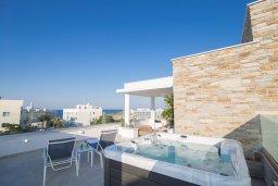 Терраса. Кипр, Фиг Три Бэй Протарас : Современная роскошная вилла с видом на море, с 6-ю спальнями, 5-ю ванными комнатами, бассейном, сауной, джакузи и патио с баром на крыше