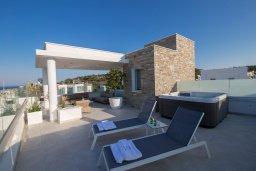 Патио. Кипр, Фиг Три Бэй Протарас : Современная роскошная вилла с видом на море, с 6-ю спальнями, 5-ю ванными комнатами, бассейном, сауной, джакузи и патио с баром на крыше