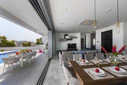 Гостиная. Кипр, Фиг Три Бэй Протарас : Современная роскошная вилла с видом на море, с 6-ю спальнями, 5-ю ванными комнатами, бассейном, сауной, джакузи и патио с баром на крыше