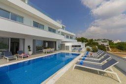 Фасад дома. Кипр, Фиг Три Бэй Протарас : Современная роскошная вилла с видом на море, с 6-ю спальнями, 5-ю ванными комнатами, бассейном, сауной, джакузи и патио с баром на крыше