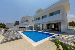 Фасад дома. Кипр, Фиг Три Бэй Протарас : Современная вилла с видом на море, с 6-ю спальнями, 4-мя ванными комнатами, бассейном, сауной, джакузи и патио на крыше