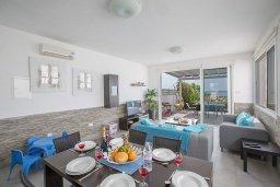 Гостиная. Кипр, Ионион - Айя Текла : Прекрасная вилла с потрясающим видом на Средиземное море, с 3-мя спальнями, с бассейном, тенистой террасой с патио и барбекю, расположена на побережье Ayia Thekla