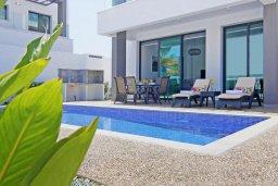 Бассейн. Кипр, Пернера : Современная вилла в 150 метрах от пляжа с бассейном и приватным двориком с барбекю, 3 спальни, 2 ванные комнаты, парковка, Wi-Fi