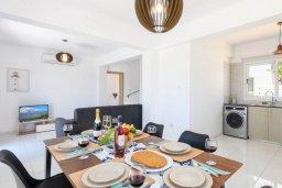 Обеденная зона. Кипр, Нисси Бич : Современная потрясающая вилла с 3-мя спальнями, бассейном, солнечной террасой с патио, барбекю и садом на крыше