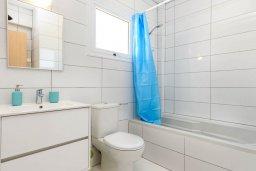 Ванная комната. Кипр, Нисси Бич : Современная потрясающая вилла с 3-мя спальнями, бассейном, солнечной террасой с патио, барбекю и садом на крыше