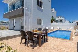 Фасад дома. Кипр, Нисси Бич : Современная потрясающая вилла с 3-мя спальнями, бассейном, солнечной террасой с патио, барбекю и садом на крыше