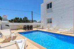 Бассейн. Кипр, Нисси Бич : Современная потрясающая вилла с 3-мя спальнями, бассейном, солнечной террасой с патио, барбекю и садом на крыше