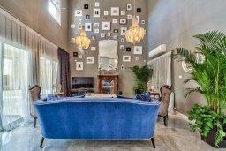 Гостиная. Кипр, Айос Тихонас Лимассол : Элегантная вилла с бассейном и зеленым двориком, с просторной гостиной, 4 спальни, 4 ванные комнаты, парковка, Wi-Fi