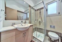Ванная комната. Кипр, Айос Тихонас Лимассол : Элегантная вилла с бассейном и зеленым двориком, с просторной гостиной, 4 спальни, 4 ванные комнаты, парковка, Wi-Fi