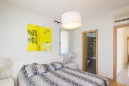 Спальня. Кипр, Айос Тихонас Лимассол : Роскошная вилла с бассейном и зеленым двориком, с просторной гостиной, 3 спальни, 2 ванные комнаты, парковка, Wi-Fi
