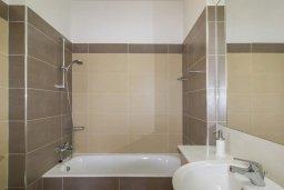 Ванная комната. Кипр, Айос Тихонас Лимассол : Роскошная вилла с бассейном и зеленым двориком, с просторной гостиной, 3 спальни, 2 ванные комнаты, парковка, Wi-Fi