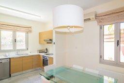Кухня. Кипр, Айос Тихонас Лимассол : Роскошная вилла с бассейном и зеленым двориком, с просторной гостиной, 3 спальни, 2 ванные комнаты, парковка, Wi-Fi