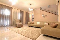 Гостиная. Кипр, Айос Тихонас Лимассол : Роскошная вилла с бассейном и зеленым двориком, с просторной гостиной, 3 спальни, 3 ванные комнаты, парковка, Wi-Fi
